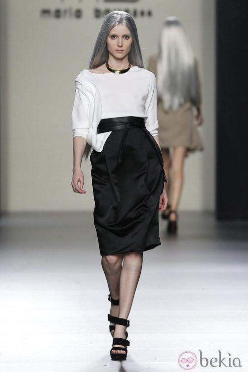 Falda negra alta y camiseta blanca de María Barros en Madrid Fashion Week