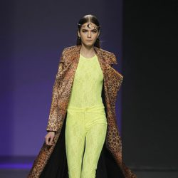 Traje pantalón amarillo flúor de María Escoté en Madrid Fashion Week