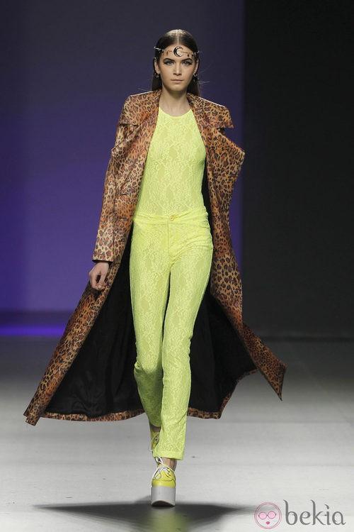 Traje pantalón amarillo flúor de María Escoté en Madrid Fashion Week