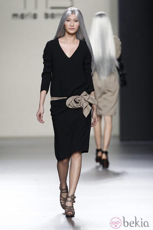 Vestido negro con cinturón beis de María Barros en Madrid Fashion Week