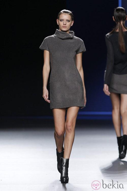 Mini vestido gris de manga corta de Sara Coleman en Madrid Fashion Week