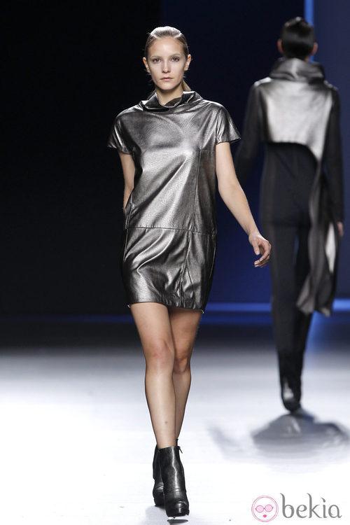 Mini vestido metalizado de Sara Coleman en Madrid Fashion Week