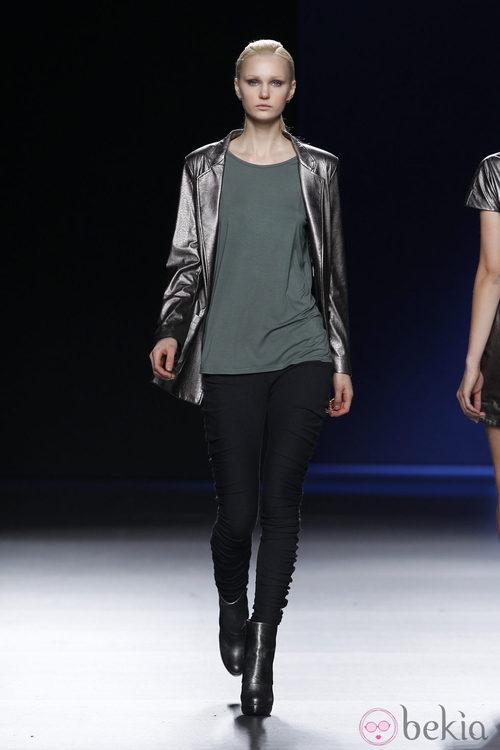 Americana metalizada con pitillo negro de Sara Coleman en Madrid Fashion Week