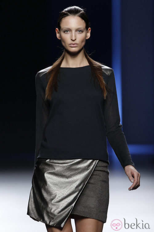 MIni falda metalizada con camiseta negra de Sara Coleman en Madrid Fashion Week