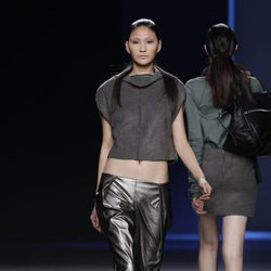 Pantalones metalizados y top gris de Sara Coleman en Madrid Fashion Week