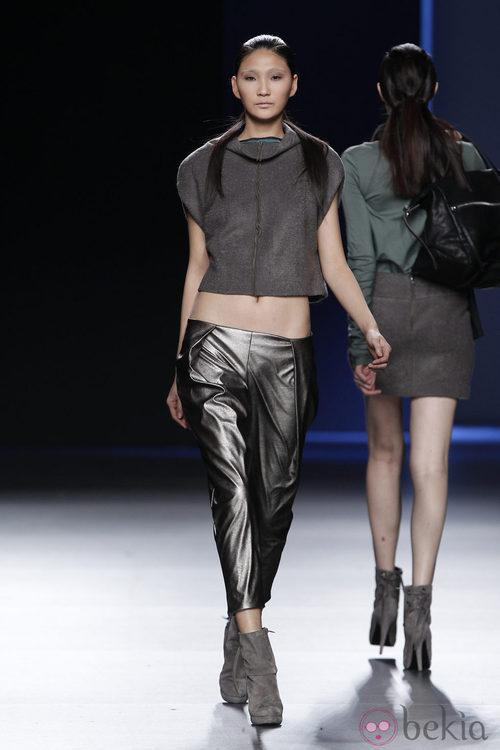 Pantalones metalizados y top gris de Sara Coleman en Madrid Fashion Week