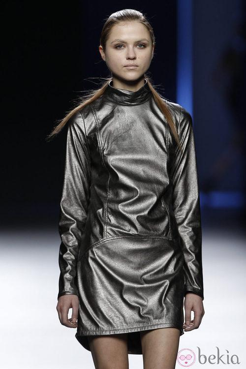 Vestido metalizado de manga larga de Sara Coleman en Madrid Fashion Week