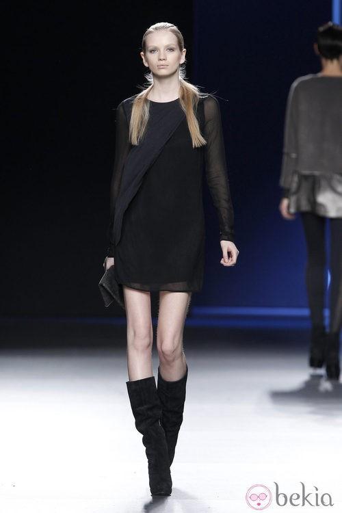 Vestido negro de gasa de Sara Coleman en Madrid Fashion Week