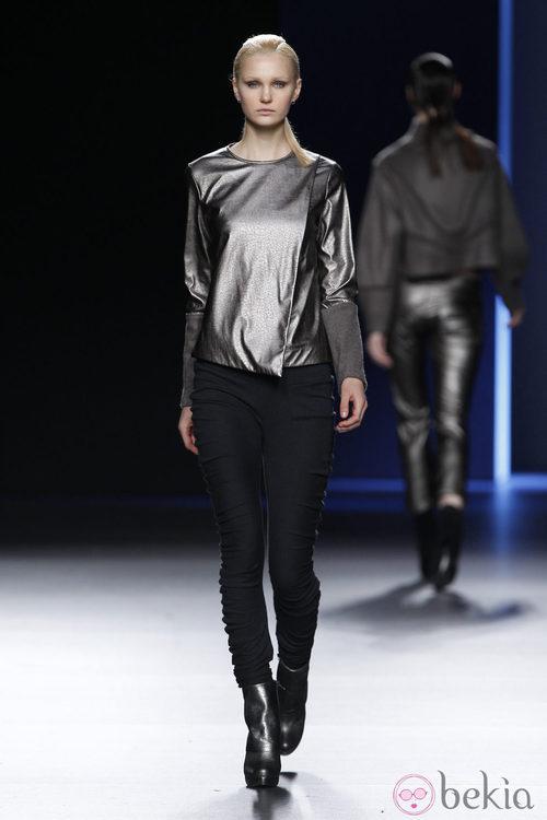 Camiseta metalizada con pantalón pitillo negro de Sara Coleman en Madrid Fashion Week