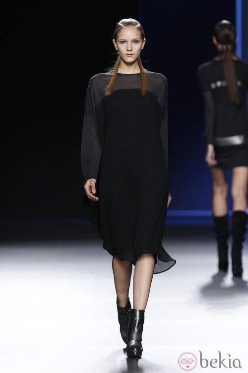 Vestido negro por debajo de la rodilla de Sara Coleman en Madrid Fashion Week