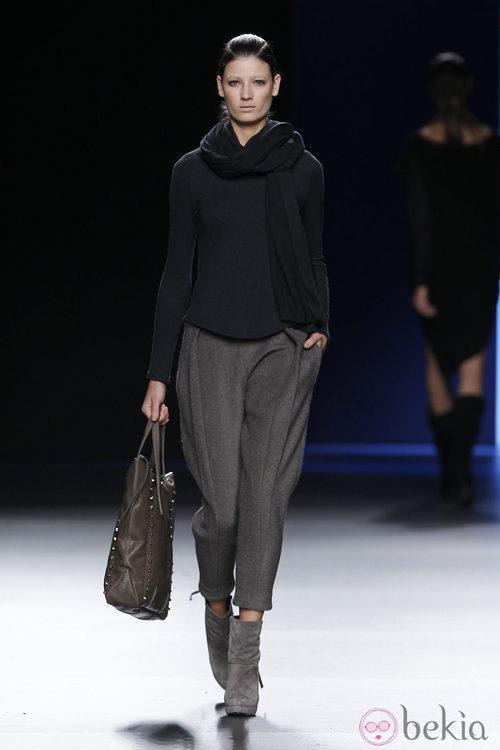 Pantalón gris de lana con jersey azul marino de Sara Coleman en Madrid Fashion Week