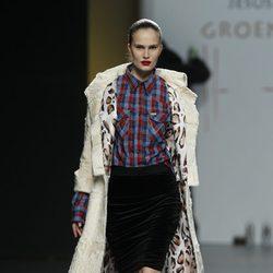 Abrigo beis con forro de leopardo y camisa de cuadros de Jesús Lorenzo en Madrid Fashion Week