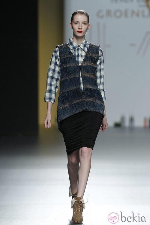 Chaleco de punto y camisa de cuadros de Jesús Lorenzo en Madrid Fashion Week