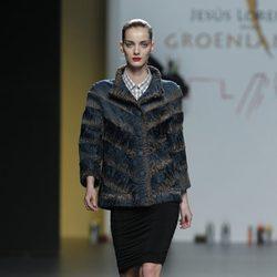Abrigo estampado en tonos azules y falda negra de Jesús Lorenzo en Madrid Fashion Week