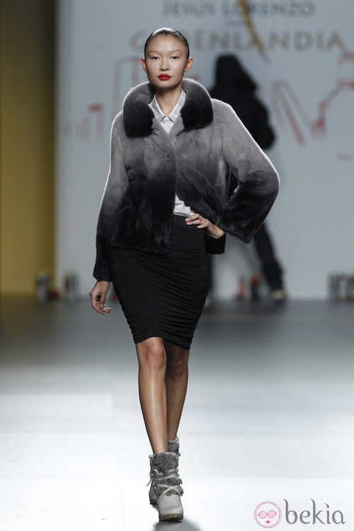 Abrigo en tono grisáceo y falda negra de Jesús Lorenzo en Madrid Fashion Week