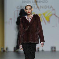 Abrigo burdeos con camisa de cuadros roja de Jesús Lorenzo en Madrid Fashion Week