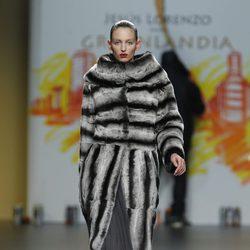 Abrigo en tonos grises de la colección otoño/invierno 2012/2013 de Jesús Lorenzo