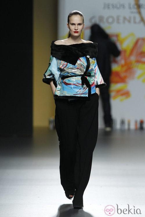 Camisa estampada azul con detalles de pelo negro de Jesús Lorenzo en Madrid Fashion Week