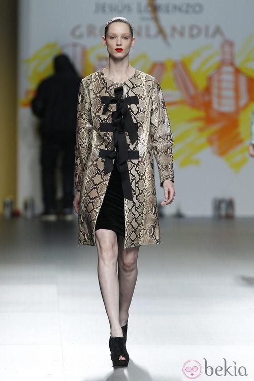 Abrigo de estampado pitón de Jesús Lorenzo en Fashion Week Madrid