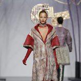Abrigo de piel con pelo rojo de Miguel Marinero en Fashion Week Madrid
