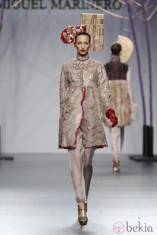 Abrigo de piel nude de Miguel Marinero en la Fashion Week Madrid