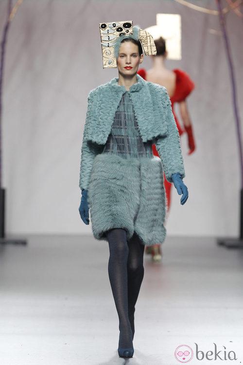 Vestido de pelo verde aguamarina de Miguel Marinero en Fashion Week Madrid