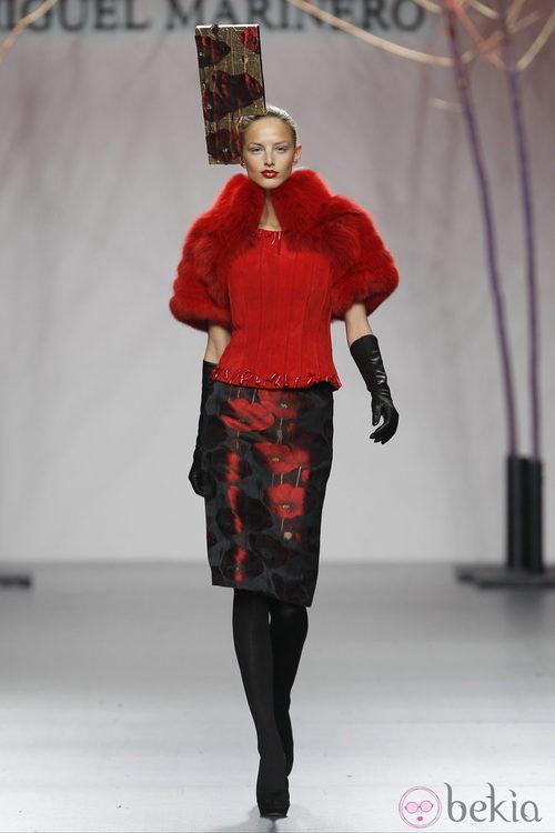 Estola de pelo roja de la colección otoño/invierno 2012/2013 de Miguel Marinero