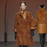 Abrigo de pelo marrón de Miguel Marinero en Fashion Week Madrid