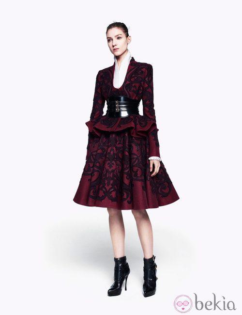Traje burdeos con brocado de la colección pre-fall 2012 de Alexander McQueen