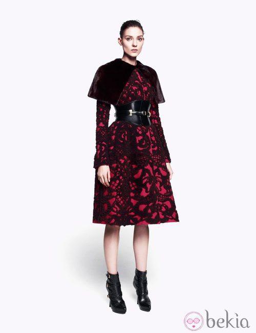 Vestido con brocado y capelina de la colección pre-fall 2012 de Alexander McQueen