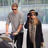 Elsa Pataky embarazada con look de aeropuerto