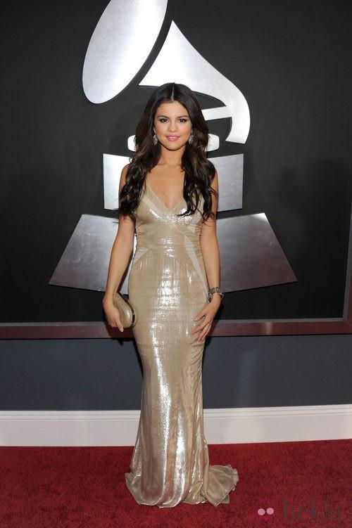Selena Gomez en la alfombra roja de los Grammy 2011 con un vestido de J. Mendel