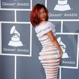 Rihanna apostó por Jean Paul Gaultier en la alfombra roja de los Grammy 2011