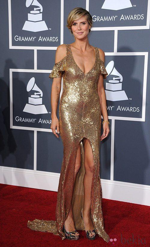 Heidi Klum con un vestido de Julien MacDonald en la alfombra roja de los Grammy 2011
