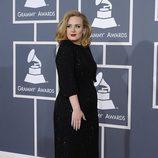 Adele con un vestido negro de Versace en los Grammy 2012