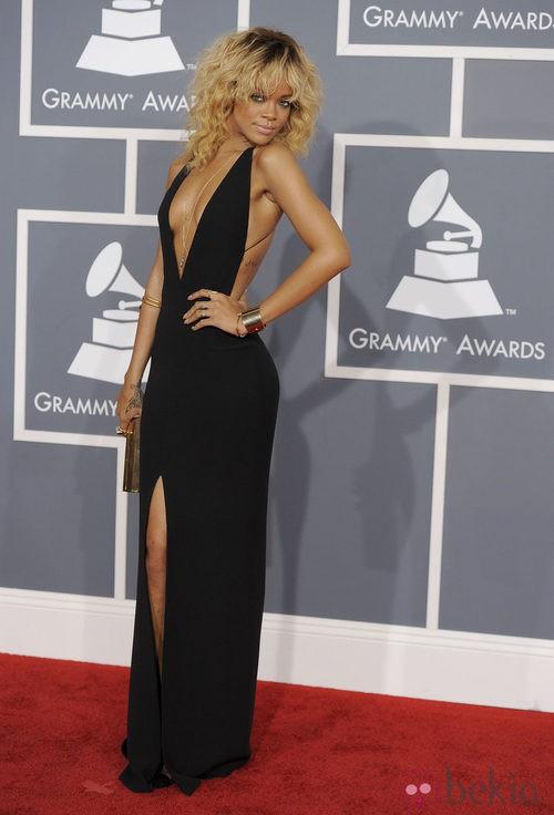 Rihanna con un vestido negro de Armani en los Grammy 2012