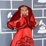 Nicki Minaj con un vestido rojo de Oscar de la Renta en los Grammy 2012