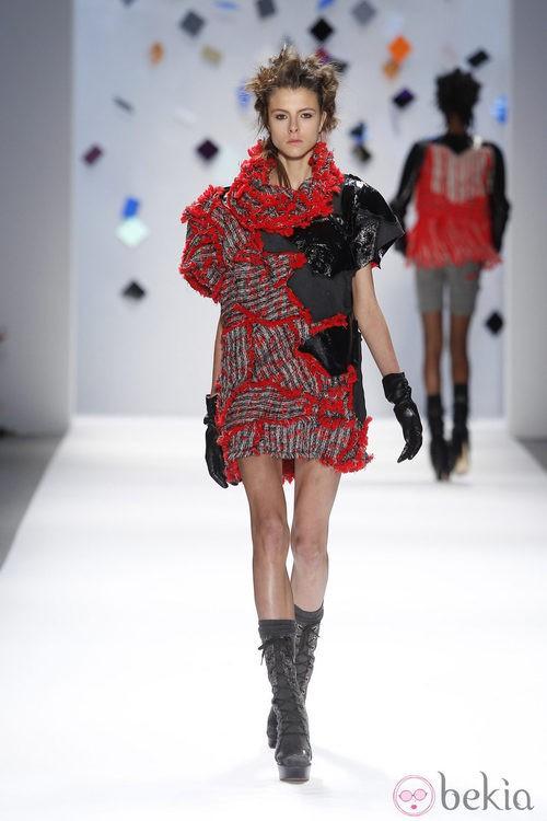 Mini vestido rojo y negro de Custo Barcelona en la Semana de la Moda de Nueva York