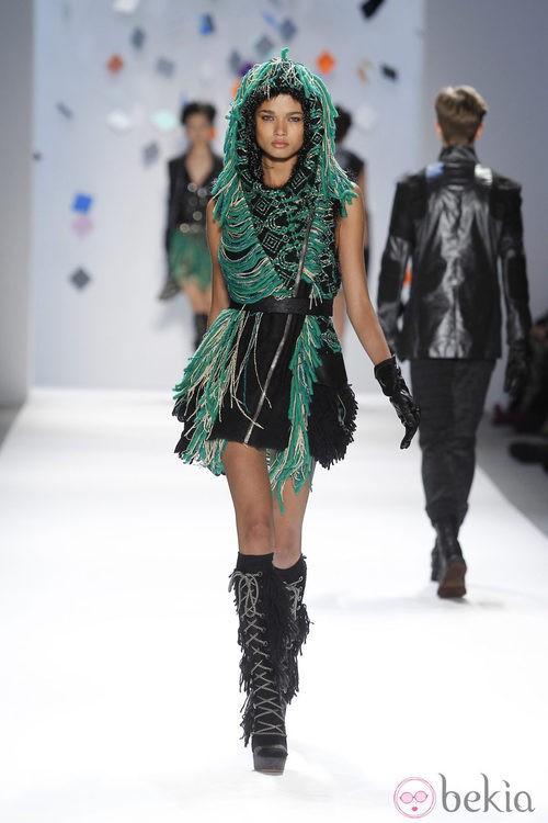 Vestido negro con flecos verdes de Custo Barcelona en la Semana de la Moda de Nueva York