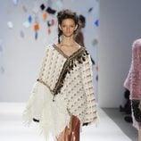 Poncho beis con falda en tono ocre de Custo Barcelona en la Semana de la Moda de Nueva York