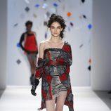 Vestido palabra de honor con chaqueta de lana de Custo Barcelona en la Semana de la Moda de Nueva York