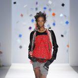 Shorts gris marengo con jersey rojo y chaqueta negra de Custo Barcelona en la Semana de la Moda de Nueva York