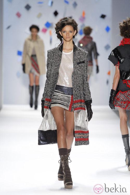Abrigo de lana gris con minifalda de rayas de Custo Barcelona en la Semana de la Moda de Nueva York
