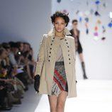 Abrigo beis con minifalda alta de Custo Barcelona en la Semana de la Moda de Nueva York