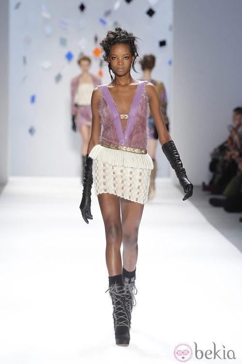 Camiseta rosa y minifalda beis de Custo Barcelona en la Semana de la Moda de Nueva York