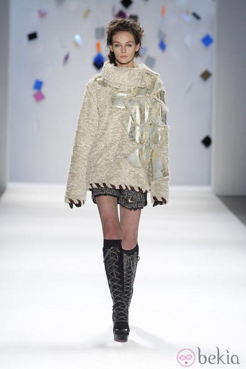 Jersey oversize beis de Custo Barcelona en la Semana de la Moda de Nueva York