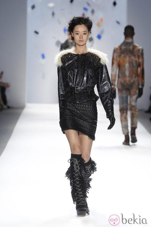 Conjunto de cuero negro de Custo Barcelona en la Semana de la Moda de Nueva York