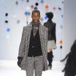 Abrigo y pantalón con estampado de cuadros blancos y negros de Custo Barcelona en la Semana de la Moda de Nueva York