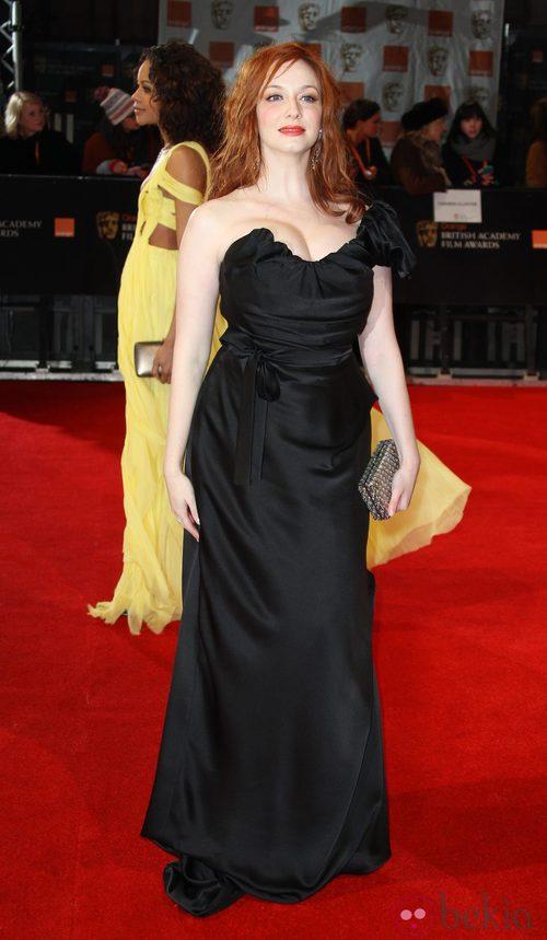 Christina Hendricks en los Bafta 2012 con un vestido negro de Vivienne Westwood
