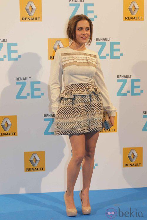 María León con top color hueso y falda de tweed en tonos marrones